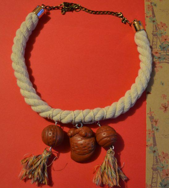 Collar con ave y esferas de barro